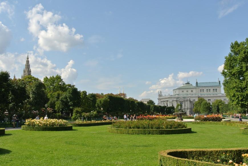 В историческом центре Вены, недалеко от Хофбурга расположен Народный парк Фольксгартен или парк роз, в котором цветёт 400 сортов этих изящных цветов. Здесь можно забыть о многолюдных улицах шумного города и погрузиться в зелень прекрасного парка с цветущими розами.