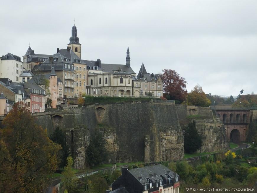 справа - Церковь Святого Михаила - католический собор в южной части города, является старейшей существующей религиозной святыней Люксембурга