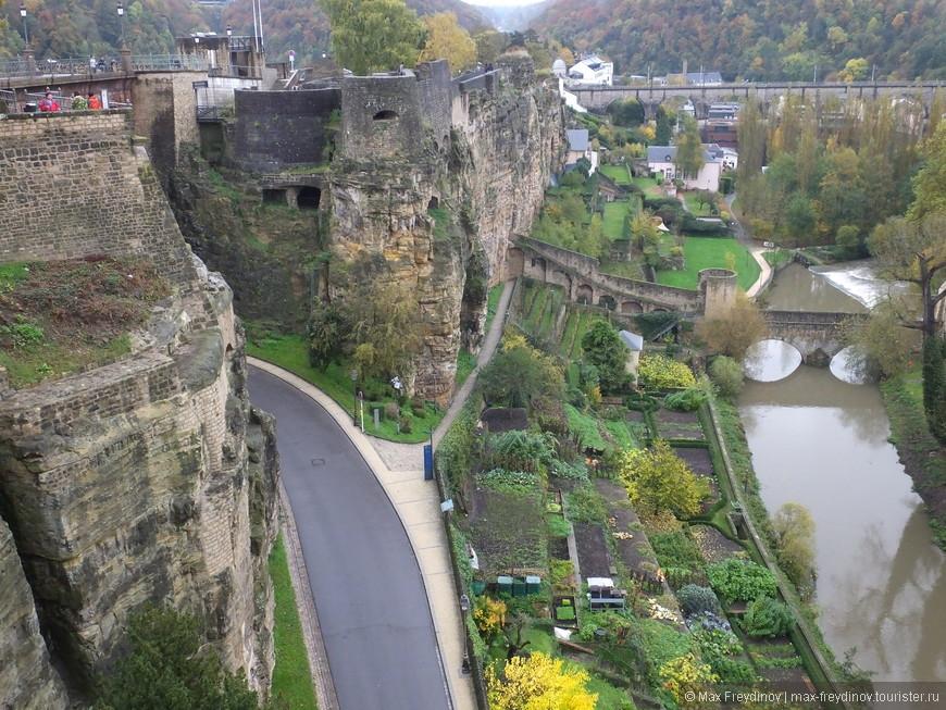 на противоположном обрыве развалины крепости Люксембург