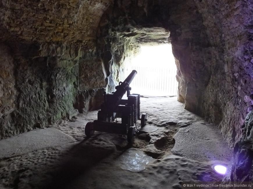 Таинственные ходы и опорные точки, пугающе темные камеры и пробивающиеся сквозь окон в скале пучки светата, а так же неожиданные выходы на «поверхность» на высоте 100 м.