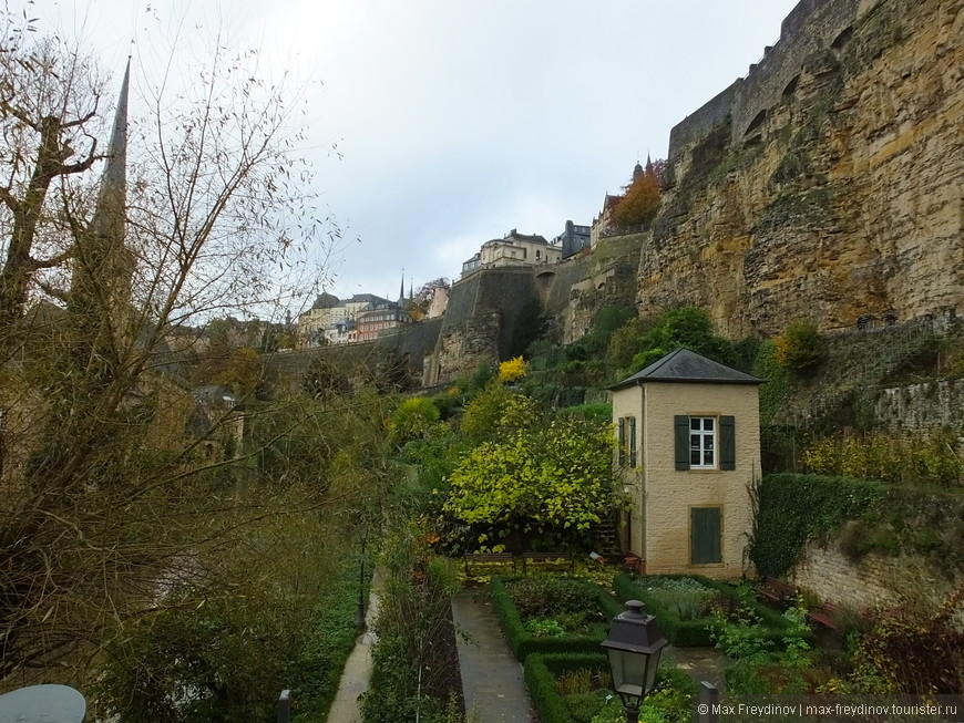 сейчас под крепостными стенами судя по всему частная территория, с огородами и клумбами, где-то даже попадался самодельный парник :)