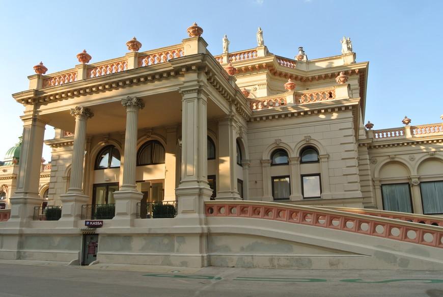 В Городском парке находится знаменитый Венский Курсалон, который считается одним из центров венской музыкальной культуры и одним из лучших концертных залов в сердце Вены. В Курсалоне можно услышать великолепную классическую музыку и насладиться вальсами Иоганна Штрауса и мелодиями Амадея Моцарта в исполнении знаменитого оркестра.