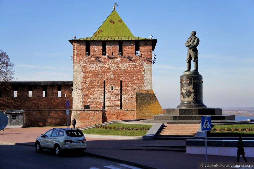Памятник Валерию Чкалову и Георгиевская башня Кремля. Башня получила название от ранее находившейся неподалеку одноименной церкви.