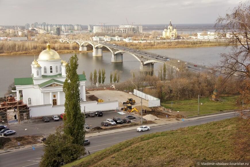 Канавинский мост соединяет верхнюю, нагорную, часть города с нижней, заречной.
