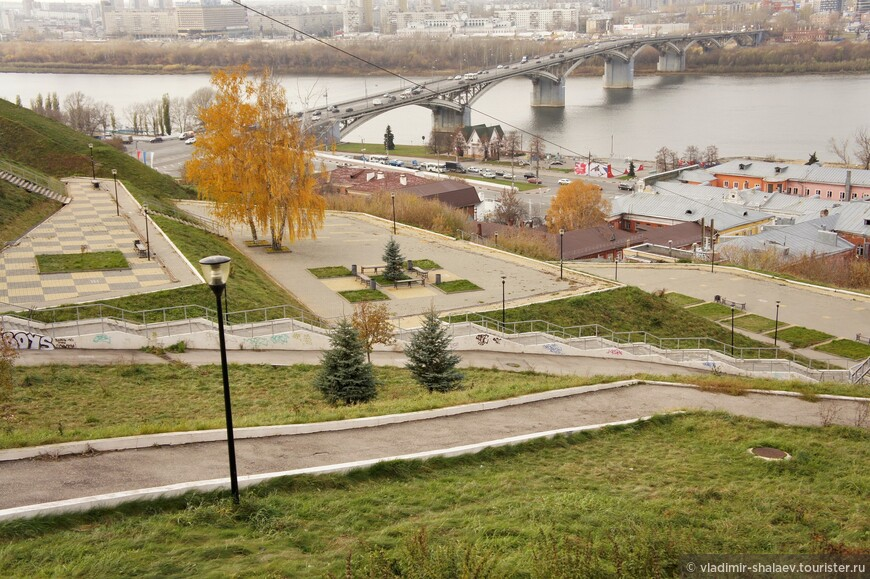 Прогулочная зона, уступами спускающаяся к Нижне - Волжской набережной.