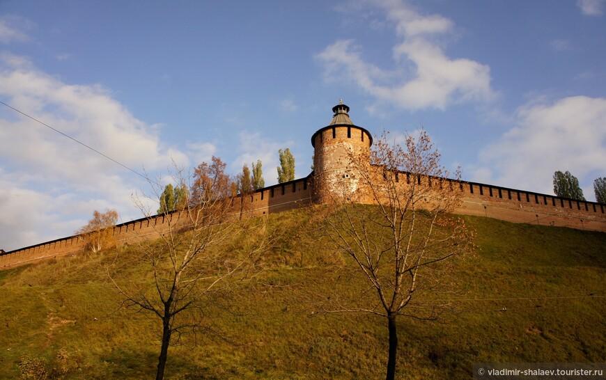 Тайницкая башня. Получила свое название по имевшемуся из нее выходу - тайнику, полузасыпанные остатки которого были найдены в 80-х гг. прошлого столетия.