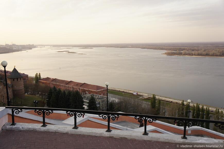 Волга. Впадает в Каспийское море, распадаясь на множество рукавов. А в Нижнем она такааая широкая!