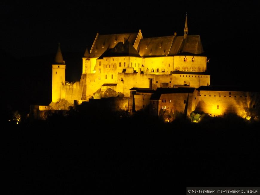 Остановиться мы выбрали в отеле с террасы которого открывается вид на один из наиболее сохранившихся замков Люксембурга - Vianden Castle (Винден). Вот так о предстал перед нами в ночи