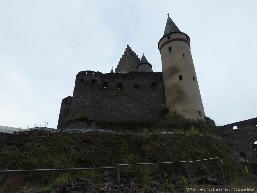 поднимаемся к замку пешком по небольшому серпантину