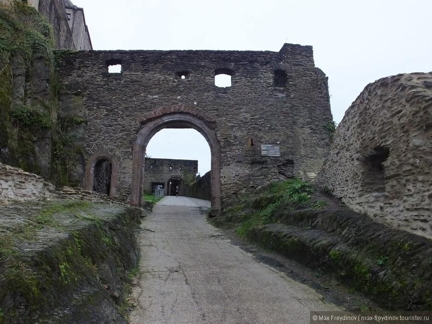 Замок был заложен в 10 века, а окончательный облик приобрел к концу 14