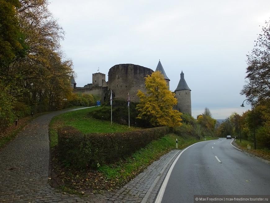 В самом сердце люксембургских Арденн на скалистом утесе, на 150 метровой высоте над рекой Сюр (Sûre), окруженный нетронутыми лесами расположился замок Буршайд (Bourscheid).