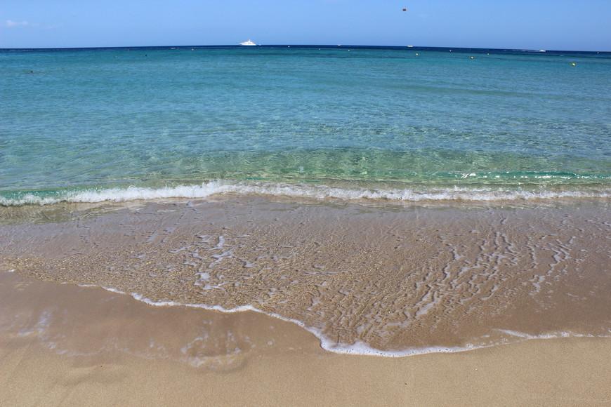 Sunrise Beach, Protaras В моем рейтинге лучших пляжей Кипра он, пожалуй, на первом месте. Самый главный плюс- это конечно же отличное море- чистое, пологий спуск и довольно протяженный пляж. Прозрачность воды сравнима с моим любимым пляжем Пхукета- Ката Ной. Прекрасный мелкий песок, нет плавающих водорослей и медуз. Куча кафе и баров вдоль побережья. Водные развлечения. Находится в Протарасе вдоль главной улицы. Очень близко до всего. Вообще Протарас понравился по расположению. Автобусное сообщение удобное, можно добраться до разных пляжей. При этом, это не самое тусовочное место. К тому же в это время  (речь про октябрь) море спокойное.