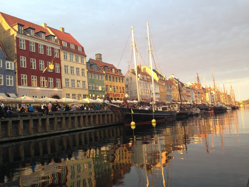 Одна из главных достопримечательностей Копенгагена - набережная Нюхавн. От причала на набережной отходят прогулочные катера. Я выбрала вечернюю экскурсию, прямо перед заходом солнца, и моя восторженная нижняя челюсть лежала на коленях еще спустя час после ее окончания.