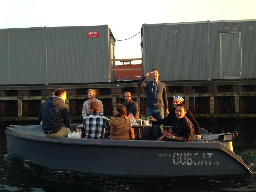 Пятничным вечером вода, как магнит, притягивает желающих отдохнуть после трудовой или учебной недели. Кафе вдоль каналов, мосты, причалы и лодки заполнены людьми, повсюду сидят влюбленные парочки, шумные компании коллег, туристы.