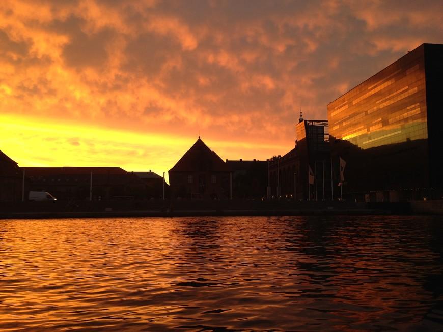 С таким закатом лодочная экскурсия в любом городе обречена на успех. Справа Королевская библиотека отражает лучи заходящего солнца