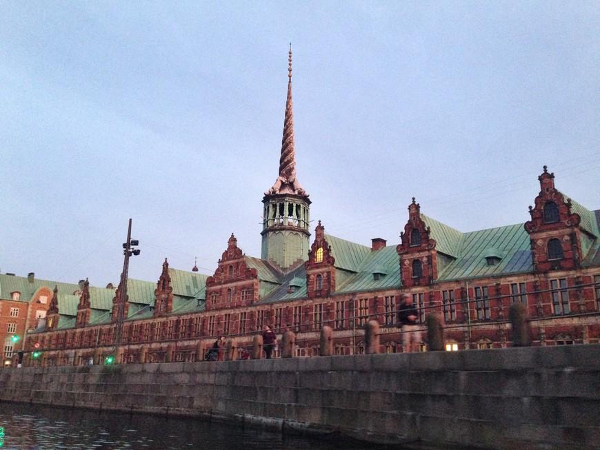 Бёрсен - здание копенгагенской биржи. Шпиль в форме сплетенных хвостов четырех драконов напоминает рог нарвала.