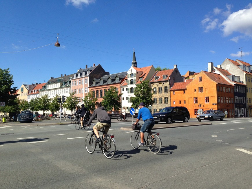 Удобный, приятный и относительно бюджетный способ исследования Копегагена - взять напрокат велосипед. Все в городе располагает к велопрогулкам, - множество парковок, выделенные дорожки и малая интенсивность транспортного потока.