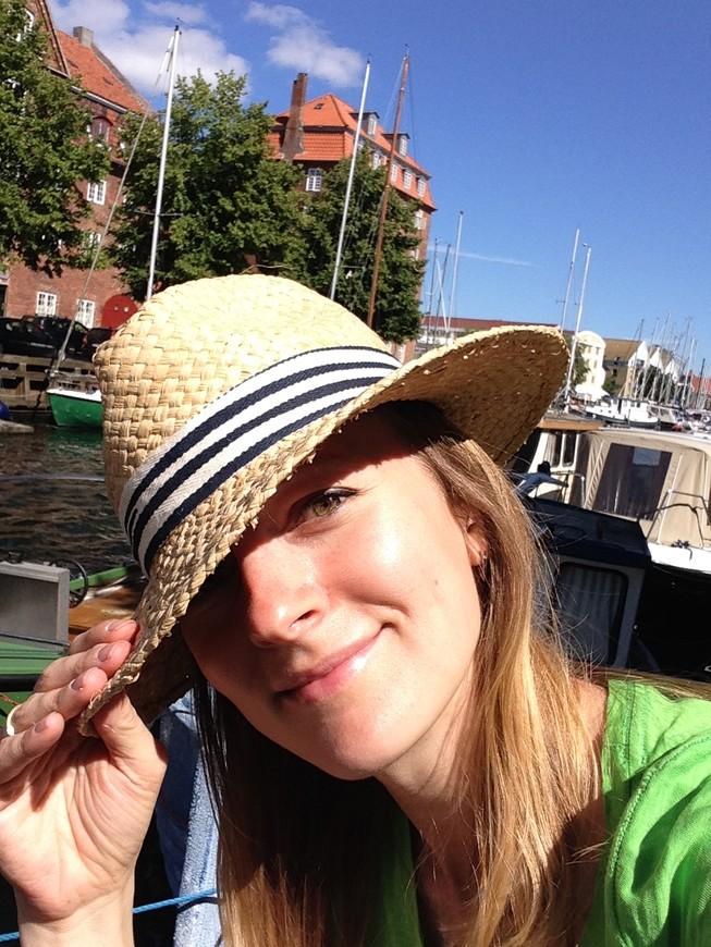 самое классное - сидеть на теплой дощатой набережной в окружении лодок, болтать ногами и жевать самодельный бутер, роняя крошки подплывающим уткам (Копенгаген с дикими ценами учит радоваться простым мелочам)))