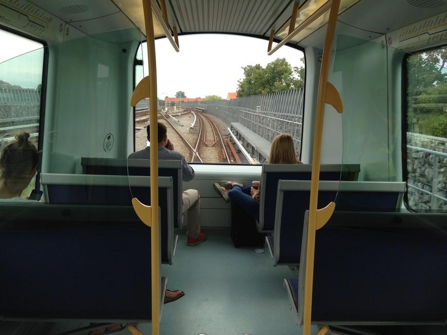 Добраться из аэропорта до центра города проще всего на метро. Поезда здесь ходят без машинистов. Садитесь в первый вагон и наслаждайтесь видами и техническим прогрессом.
