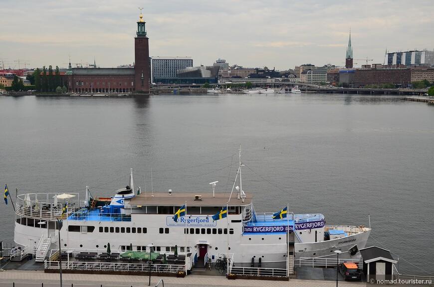 Итак, Сёдермальм. Если от набережной подняться выше, то видно главные достопримечательности Стокгольма - мой плавучий хостел и Ратуша... ))