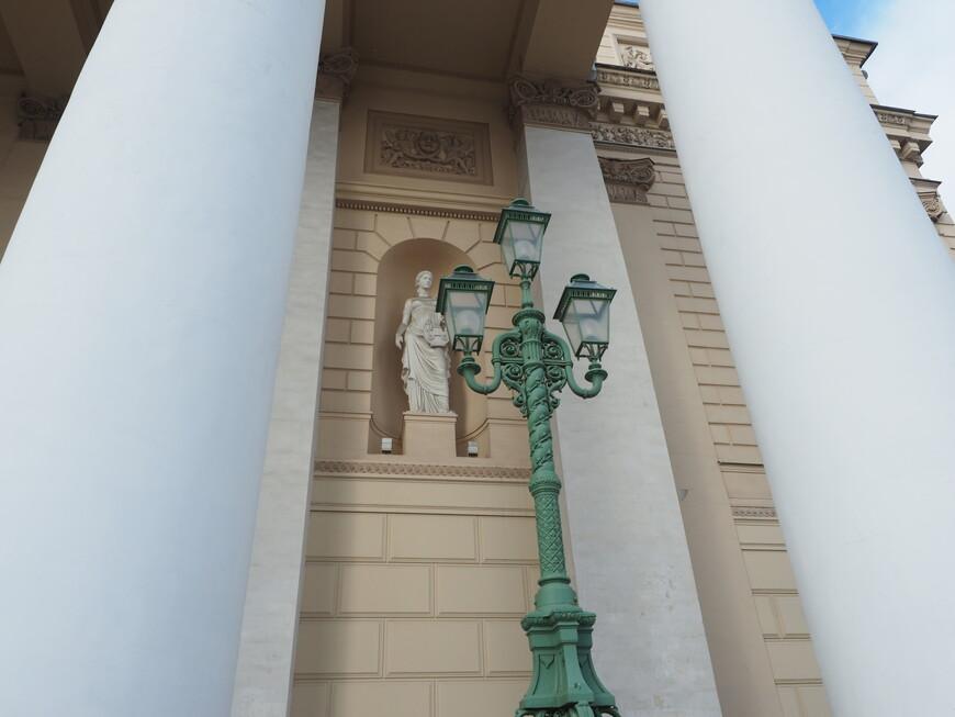Одна из муз на фасаде Большого театра - муза лирической поэзии Эрато.