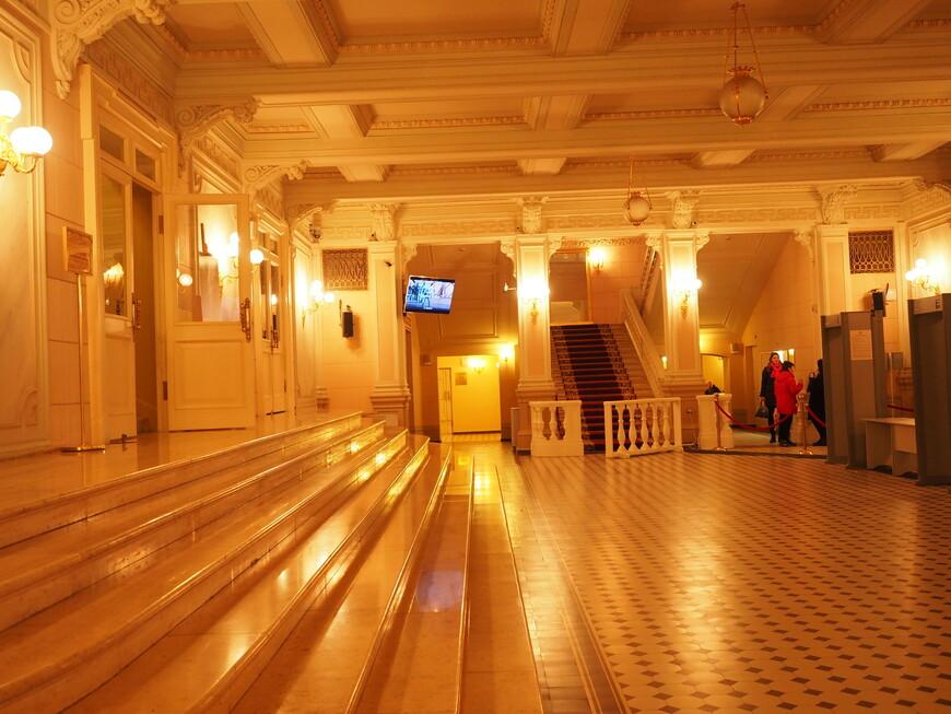 Главный вестибюль Большого театра. Он был полностью уничтожен в 1941 году в результате попадания в здание театра фугасной бомбы, пробившей фасадную стену. Взрывной волной были разрушены все лепные декоративные части главного фасада, обрушилось перекрытие вестибюля и главного фойе, сорваны дубовые входные двери и выбиты все окна на фасадах, но восемь колонн устояли. Значительно пострадала царская ложа и часть зрительного зала. Сегодня из многих источников доступна информация, что если бы бомба попала в центр здания театра, то Большой театр был бы полностью и безвозвратно уничтожен, т.к. в подвалах находилось три тонны взрывчатки, в те времена многие здания в центре были заминированы на случай сдачи Москвы фашистам. Незамедлительно, несмотря на тяжелые военные времена и холод, начались восстановительные работы, но было конечно не до исторической аутентичности. Главным итогом последнего ремонта как раз и стало полное восстановление исторического облика вестибюля, как его задумал Альберт Кавос. А главной идеей Кавоса было создание достаточного скромного в пастельной гамме и строгого по оформлению вестибюля в противовес роскошному оформлению зрительного зала. В ходе реконструкции реставраторы провели многочисленные архивные изыскания и технологические исследования отделки интерьеров с целью выяснения первоначальных слоев покраски и используемых цветовых решений. Для воссоздания полов в главном вестибюле на немецкой фабрике Villeroy&Boch заказали специальную метлахскую плитку ручного прессования - такую же, какую заказывали для Большого театра более ста лет назад. Mettlacher Platten - метлахская плитка была создана основателями фирмы Villeroy&Boch по мотивам римской мозаики еще в 1852 году и с тех она производится по той же самой практически неизменной ручной технологии.