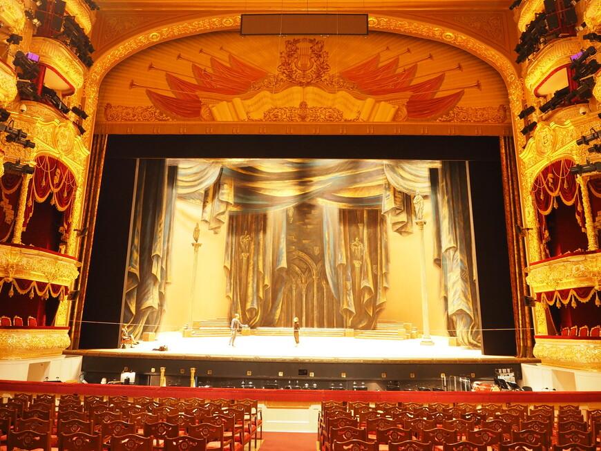 Вид сцены Большого театра из партера.