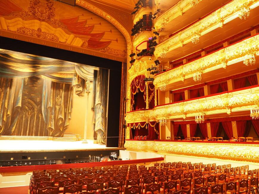 Вид на директорские ложи, расположенные справа от сцены. Эти ложи предназначены для дирекции театра и художественных руководителей – репетиторов, как их называют.