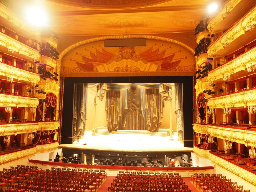 Вид на сцену из царской ложи. По утверждению экскурсовода - лучший вид на сцену в театре.