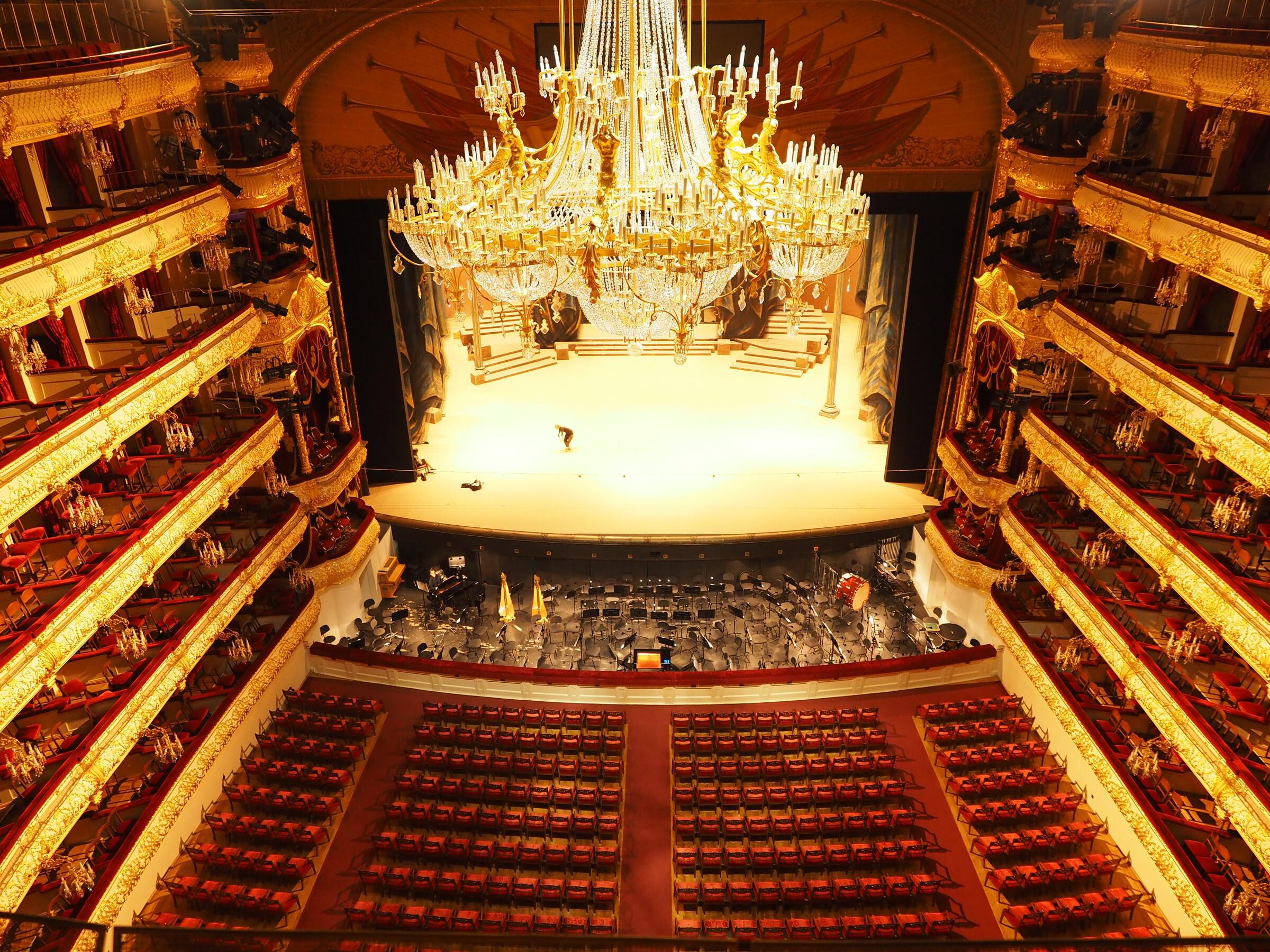 Изображение вид на зрительный зал и сцену с балкона последне.