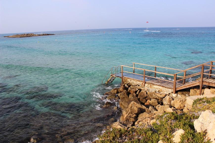 Fig Tree Bay Beach, Protaras Обычный пляж в общем. Для тех, кто не любит валяться вместе с кучей туристов, рядом с пляжем есть мостки, с которых можно понырять, только вот на некоторые вход запрещен... хотя кого это останавливает...)