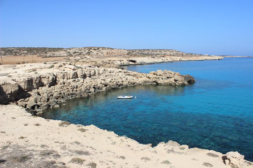 Пляжей тут вообще-то нет, но есть пещеры, скалы и чистейшая водица! Если в вашем багаже случайно оказалась надувная лодка, то это отличное место, чтобы ее использовать=)))