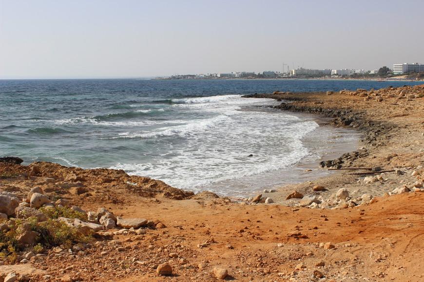 Меня всегда тянет на дикие пляжи. Не люблю толпы людей. Кипр к сожалению не лучшее место для дикого купания. Если проехать на автобусе еще в сторону Айя-напы, можно увидеть вот такие берега. Выглядит интересно,но купаться тут я не рискнула. Слишком много острых камней