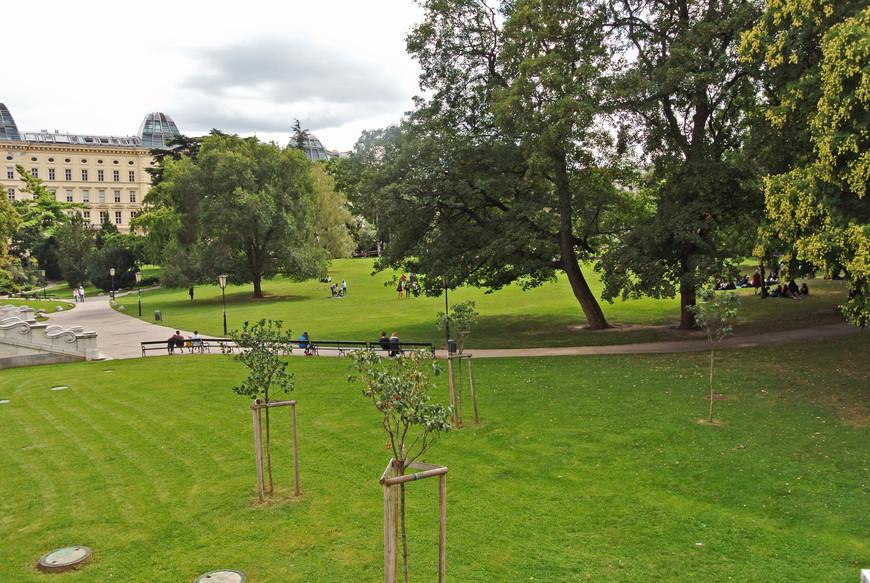 Также, на территории Дворцового парка расположена Пальмовая оранжерея и Дом бабочек.