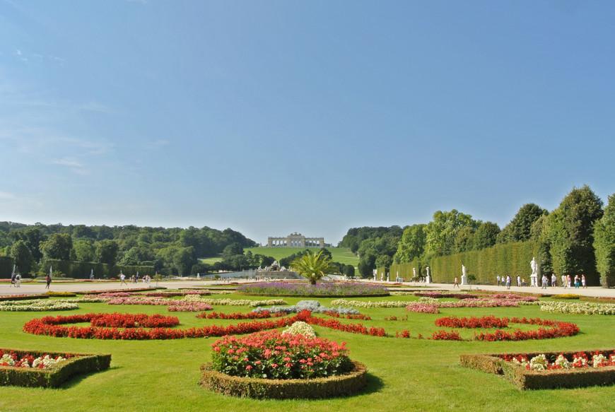 Одним из украшений парка является Глориетта, которая была сооружена в 18 веке, как летний павильон и триумфальная арка, восхваляющая военные победы Австрии. Центральную часть Глориетты украшает герб Габсбургов