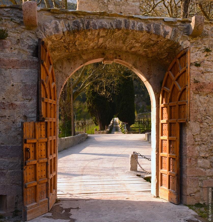 """Ворота в легендарный земок на полуострове. Здесь снимался знаменитый итальянский фильм """"Дама под вуалью"""""""