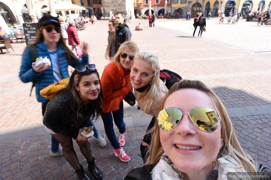 Девочки в центре города