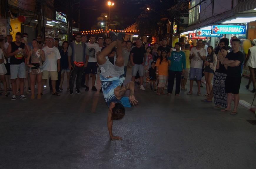 Знаменитая улица Bangla Road (Самая тусовочная улица Пхукета). Здесь можно увидеть представления уличных артистов, но знаменита она совсем не этим...