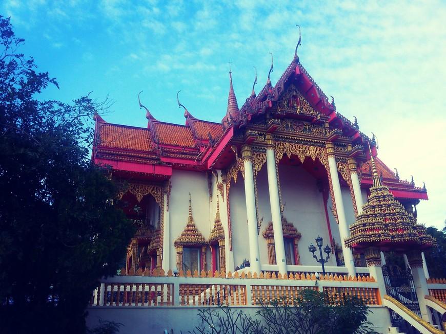 Храм Wat Suwan Khiri Wong находится в районе пляжа Патонг на острове Пхукет, поэтому его иногда называют Patong Temple. Он здесь существует очень давно, ещё с тех времён, когда на этом месте была простая рыбацкая деревушка, а не самое популярное и шумное место Пхукета. Посетив Храм, вы окунётесь в те спокойные и неторопливые времена и отдохнёте от шума и быстрого ритма курорта.