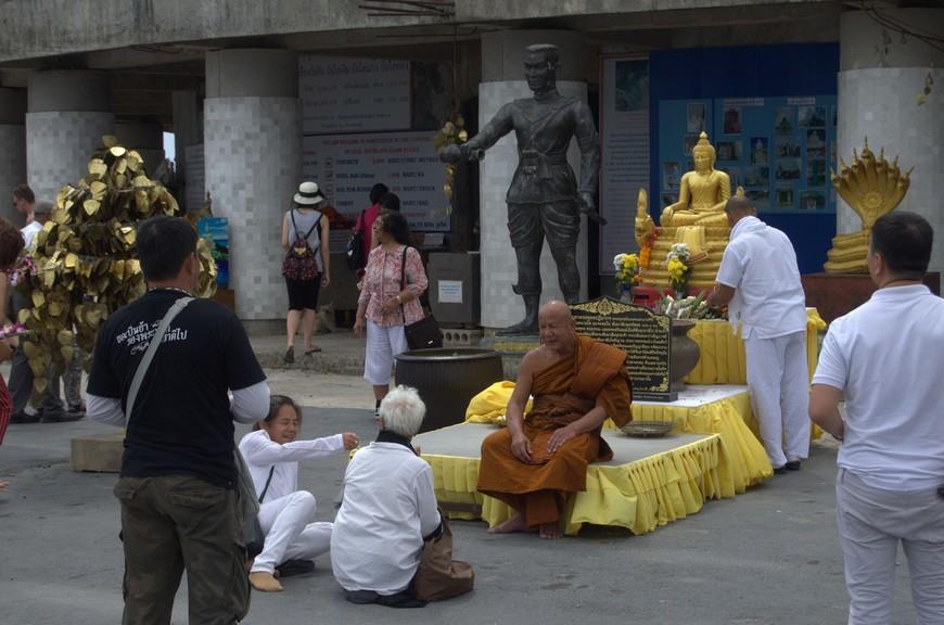 Буддизм Тхеравады – это официальная религия Тайланда. Но все же Буддизм на территории Таиланда это не просто религия, это движущая сила, это философия, которая делает тайцев улыбчивыми, добрыми.