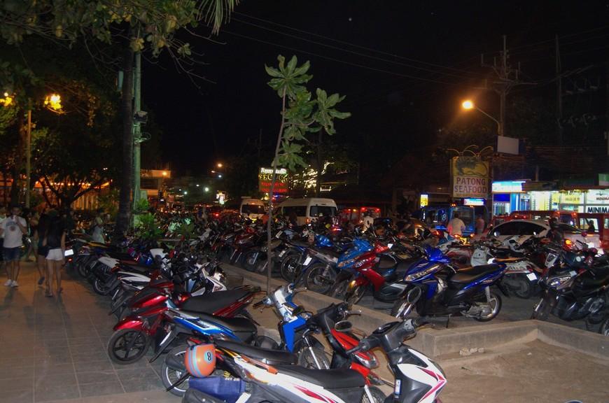 Основной транспорт на острове. Движение в Таиланде не самое спокойное, но освоившись, уже не замечаешь отсутствия правил, знаков и словно сливаешься в общий поток с местными жителями.