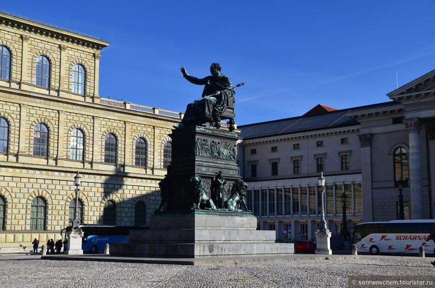 """Памятник королю Баварии Максимилиану I Иосифу - одна из достопримечательностей баварской столицы, которая давно стала одной из """"визитных карточек"""" Мюнхена. Этот памятник был возведен в честь Макса I Иосифа – первого короля Баварии, который в 1818 году утвердил первую германскую конституцию."""