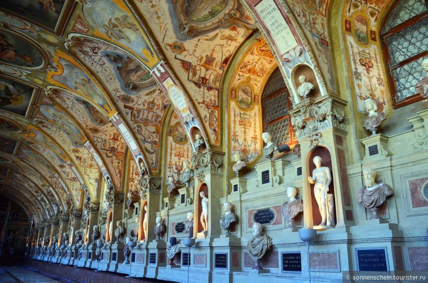 """Главной же """"изюминкой"""" Резиденции является знаменитый Антиквариум - зал, построенный в 17 веке, а во второй половине 19 века - по распоряжению Людвига II Баварского использовавшийся для хранения в нем предметов античного и средневекового искусства, собранных его далёким предком Альбрехтом V."""