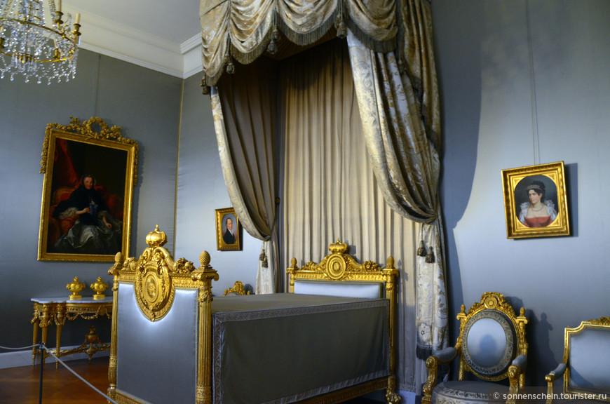 Комнаты Шарлотты — комнаты, в которых проживала София Шарлотта Августа Виттельсбах (1848–1897), красивая и образованная девушка с несчастливой судьбой.Два века спустя комнаты для гостей были переделаны для принцессы Софии.