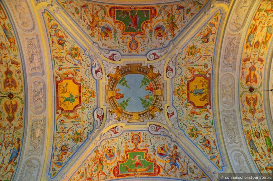 Потолок императорской лестницы.