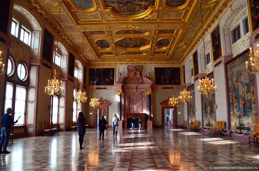 Императорский зал.Это помещение для проведения торжественных церемоний, построенное во время правления герцога Максимилиана I.