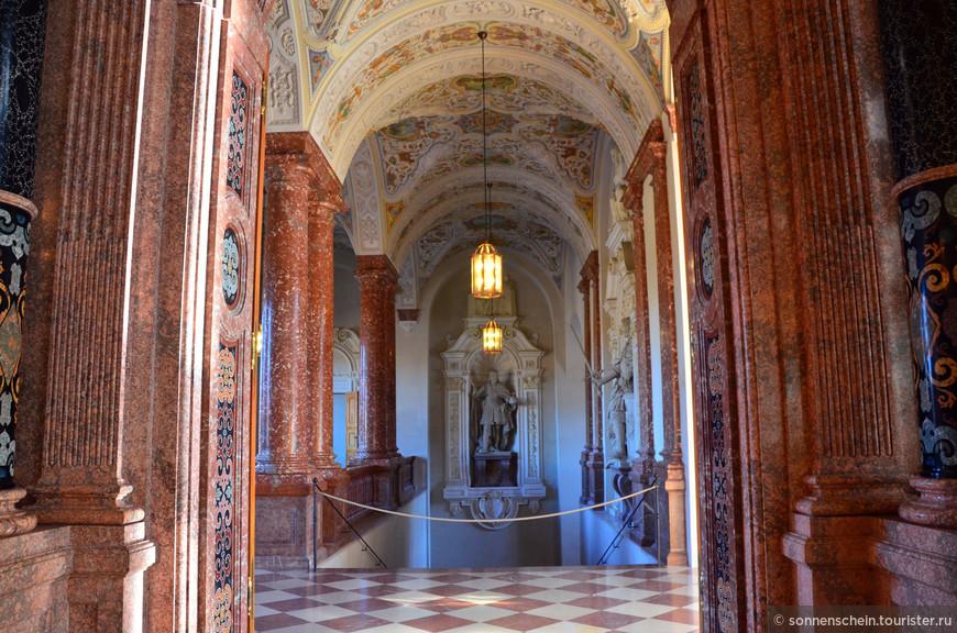 Лестница Императора соединяет одноимённый зал с внутренним двором.