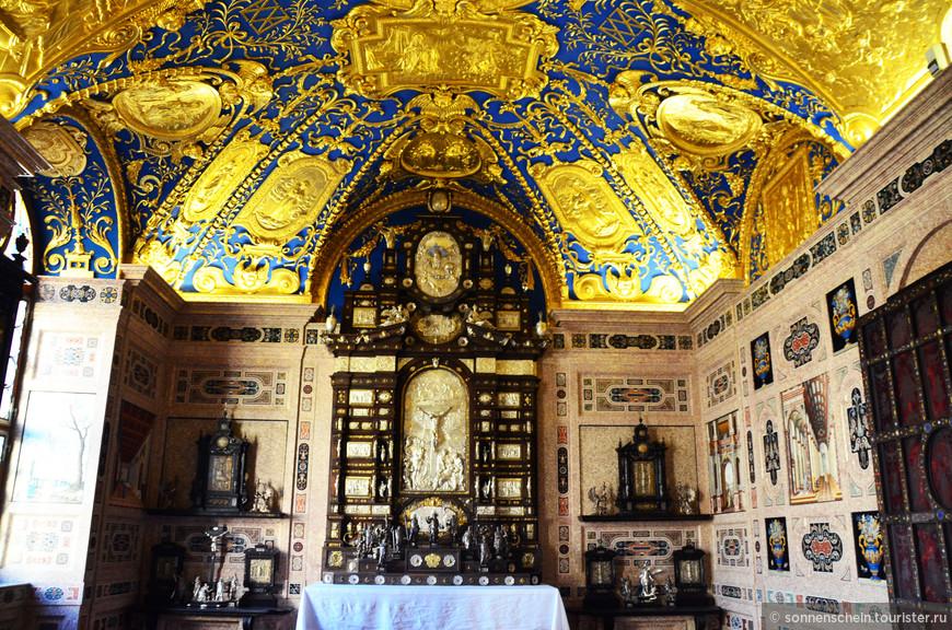 Роскошная капелла -освящённая в 1607 году. Место для уединённых молитв герцога Максимилиана I и его супруги. Именно в этой капелле хранилась бесценная коллекция церковных реликвий курфюрста.
