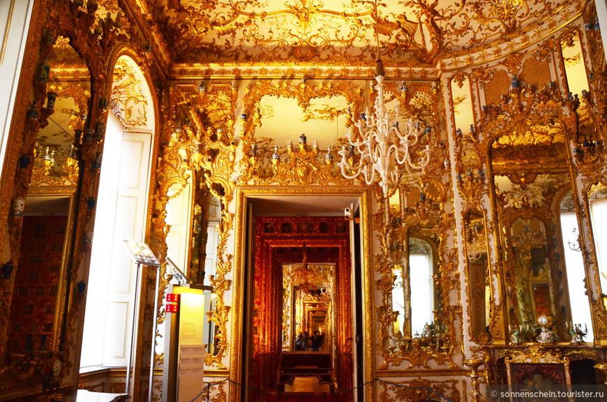 Кабинет фарфора. Помещение было создано Карлом Альбрехтом и предназначалось для хранения родовых сокровищ Виттельсбахов, которые выполняли ту же функцию, что и Галерея Предков.