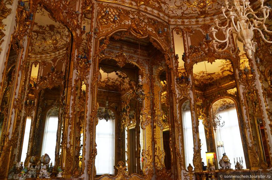Драгоценные сосуды, ювелирные украшения, короны и инсигнии (знаки монаршей власти) отражались в зеркалах, создавая впечатление бесконечного великолепия. В XVIII веке большие зеркала являлись одним из самых дорогих предметов роскоши.